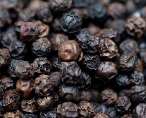 Sort Peber indeholder et protein der forstærker gurkemeje 's effekt med op til 2000%. Læs mere om gurkemeje og sort peber her!