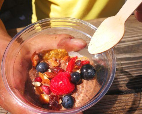 Vegansk Chiagrød nydes om morgenen eller til frokost. Det er propfyldt med proteiner og kulhydrater. Se opskriften her!
