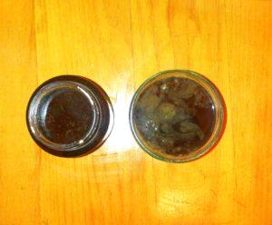 Dadel siruppen er nu hældt på beholdere og skal køle ned. Dadel sirup er perfekt som sukkererstatning. Det er et sundt alternativ til sukker.