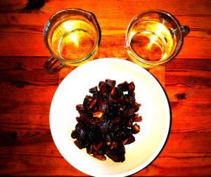 1 kg hakket Majhoul dadler og 2 liter vand skal der til for at producere vegansk honning, nærmere betegnet dadel sirup.