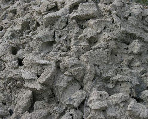 Marrokansk rasul ler i rå form, blandet med vand. Rasul ler er et sundt alternativ til Shampoo.